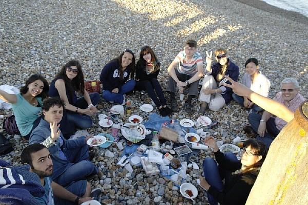 интернациональный пикник на берегу моря